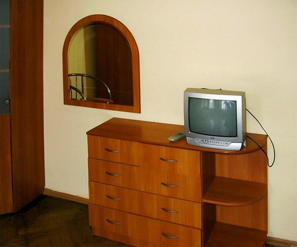 Мебель и телевизор в номере гостиницы Август, Санкт-Петербург