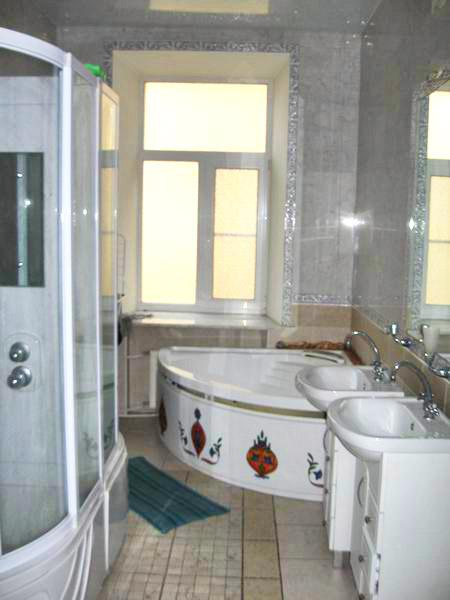 Ванная комната в недорогой гостинице ЕвроХостел на Фурштатской