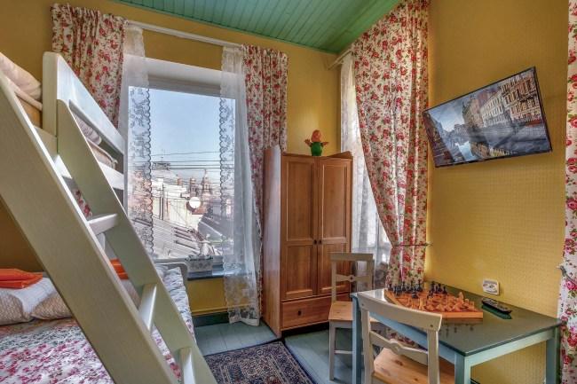 Фотография хостела. Друзья у Дома Книги в Санкт-Петербурге